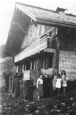 Famille devant le chalet l'Anta Rousa à Champéry